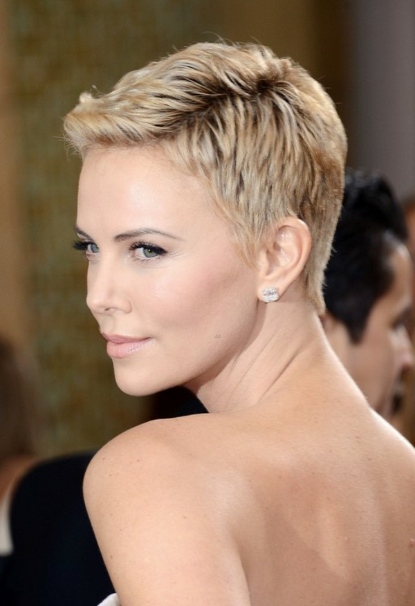 Charlize Theron-with-a-lyhyt kampaus