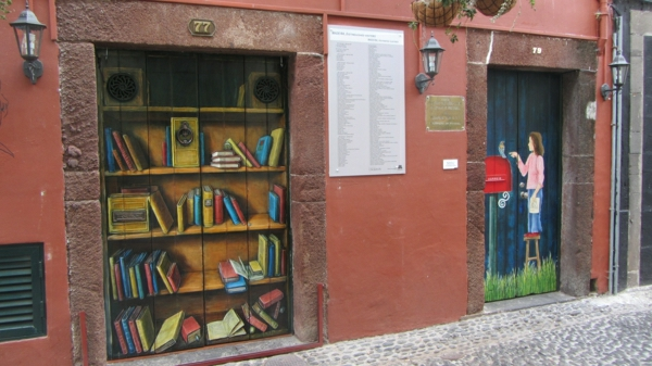 Painted_doors_on_Rua_de_Santa_Maria, _Funchal, _Madeira