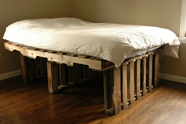 bed-of-pallet-in-the-kulma-of-the-room-tee-se-itse ideoita