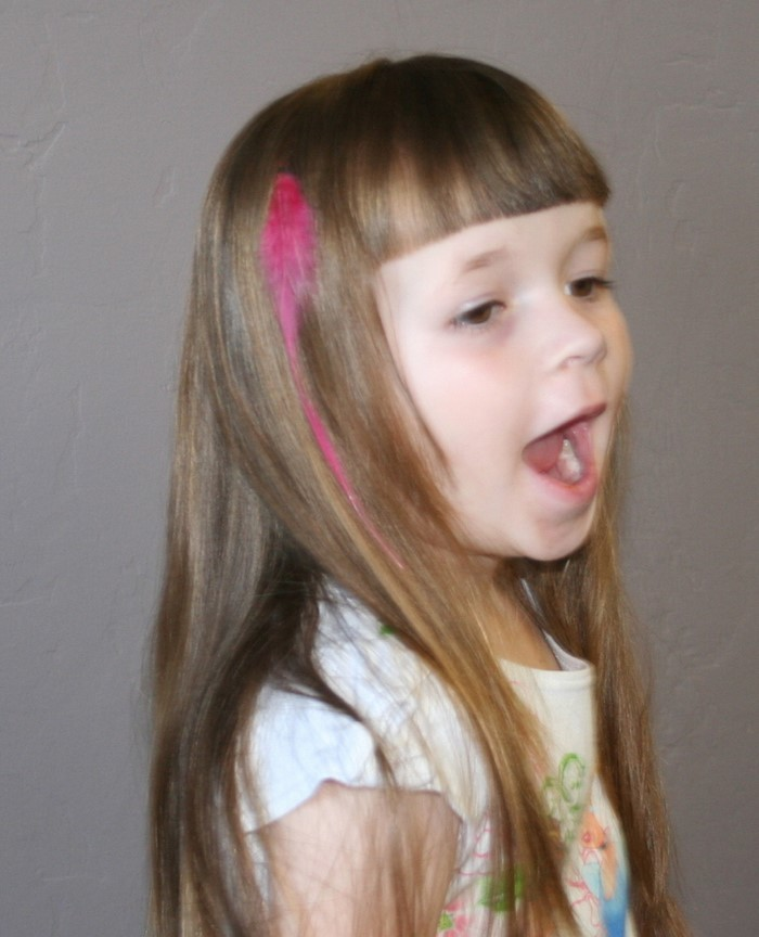 niños-peinados-a-little-girl-with-pink-en-el-pelo
