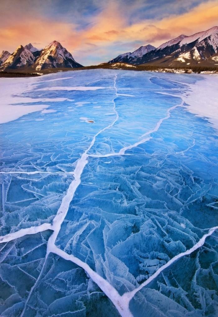 Imaxe pintoresca de inverno Frozen-Abraham Lake, en Alberta Canadá