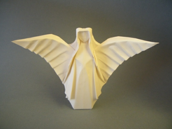 origami-to-christmas-angel-from-paper - fondo en color gris