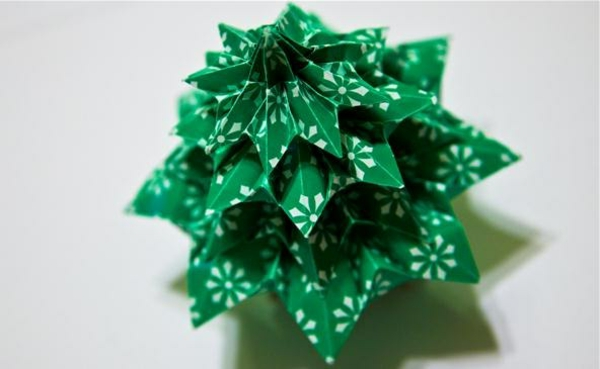 origami-to-christmas-fir-tree-in-green - foto tomada desde arriba