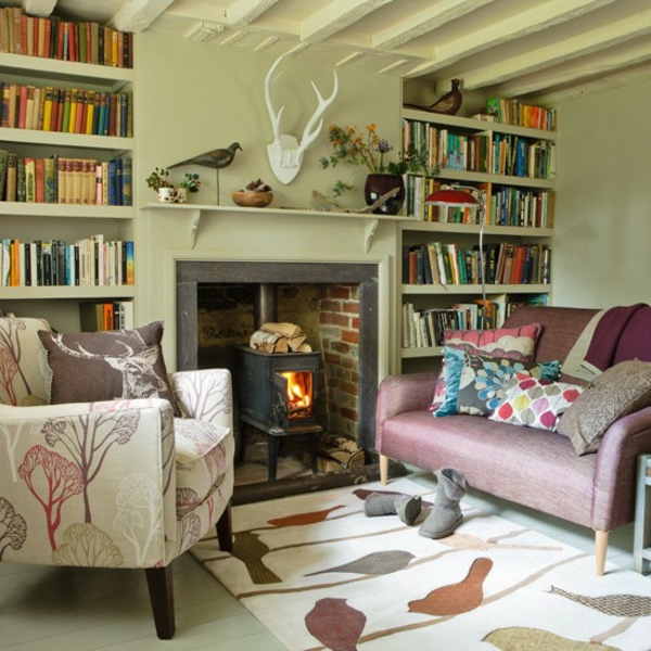 living-room-with-bookcases-in-the-country-style-stove-stove y sofás con coloridos cojines