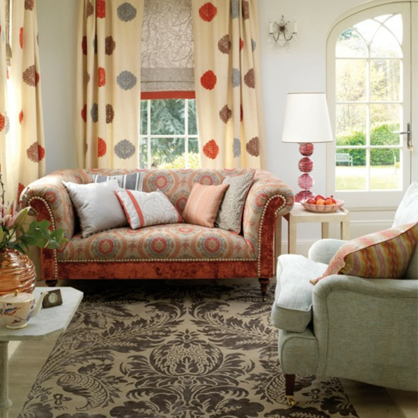 living-room-with-curtains-in-the-country-style-sofás y almohadas decorativas