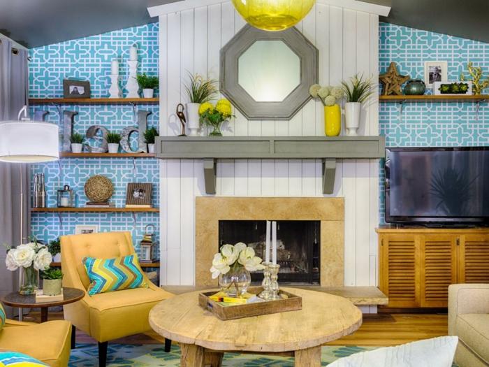 wundersch-C3-B6nes-Wohnzimmer-Interieur-rustikaler-Kaffeetisch-Kamin-Fernseher-moderne-M-C3-B6bel-blaue-retro-Tapeten[1]
